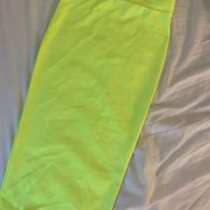 Säljer denna neon kjol. Den är lång slutar vid knäna. Neon färgen tas inte upp i kameran men den är vekligen jätte neon gul i vekligheten ❗️endast testat❗️