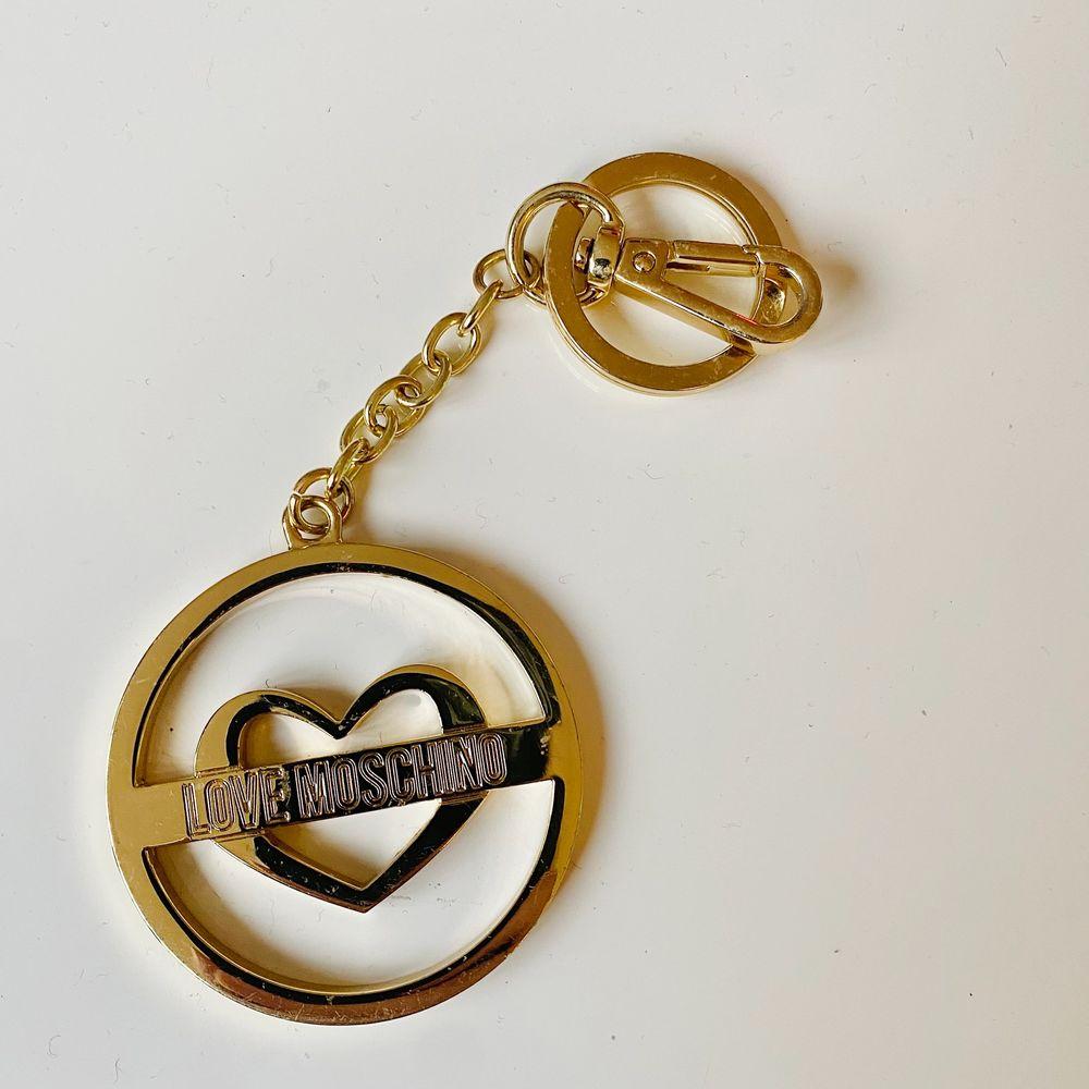 Guld nyckelring eller väsksmycke från LOVE MOSCHINO. Snyggt skick! :) (ÄKTA). Accessoarer.