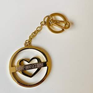 Guld nyckelring eller väsksmycke från LOVE MOSCHINO. Snyggt skick! :) (ÄKTA)
