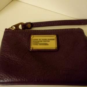 En Marc Jacobs portmonnä/plånbok/nyckelhållare, sparsamt använd. Säljer för 135 kr, kan skicka mot fraktkostnad 😊