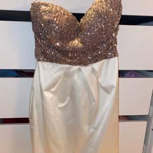 Min favoritklänning som är för liten men endast använd 1 gång. Utan axelband och slutar nedanför rumpan/på låren. Passar nog en s också. Pris + 79kr frakt, hör av er vid frågor!! 🦋