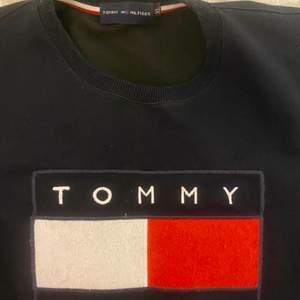 Säljer en Tommy hilfiger tröja. Använt flera gånger och därav lägre pris. En A-kopia, väldigt bra kvalite och bra material! Storleken är i S, skulle kanske kunna passa en mindre M storlek. Frakten ingår i priset!😊