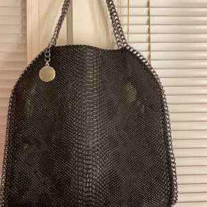 Säljer min Stella McCartney väska som inte kommit till andvänding utan bara hängt, den är knappt Andvänd 1-2 gånger, det är ingen äkta utan en jättefin kopia. inga tecken på andväning alltså är den i nyskick!  säljer för 1500kr