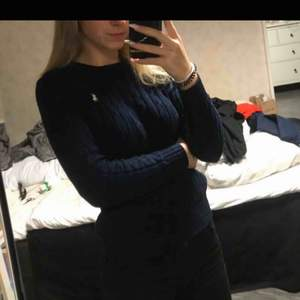 Marinblå kabelstickad tröja från Polo Ralph laureni storlek xs, knappt använd.  Köpt för: 1199kr