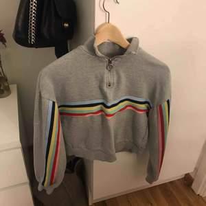 En cropped hoodie med polokrage