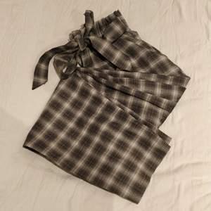 Gråa checkered pants från Monki med bälte (frakt ingår)