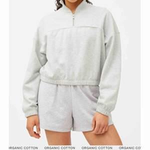 Weekday lou sweatshirt säljes då den inte längre kommer till användning! Bra skick, något urtvättad men ser i princip nu ut.