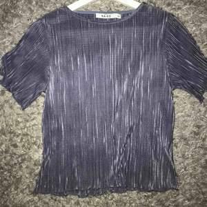 Plisserad blå tröja från NAKD, stor i storleken så skulle säga att den passar xs/s.