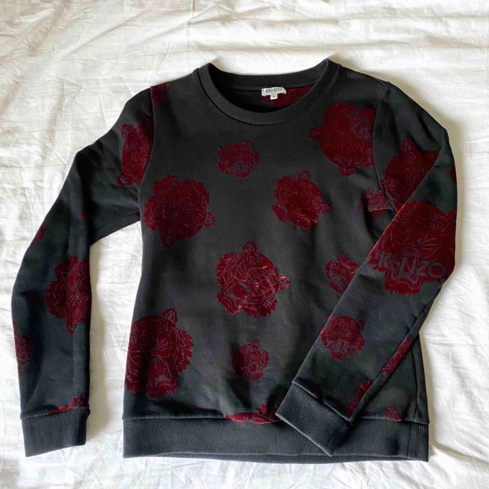 Kenzo Paris sweatshirt med vinröda sammets tigrar. Mycket gott skick! 100% bomull  (uppvikt på bilden). Tröjor & Koftor.