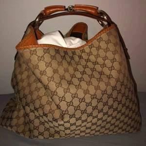 Gucci väska modell hobo large i väldigt fint skick!  Kontakta mig för mer info.  Betalning via swish