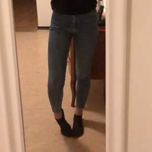 Mina favorit skinny jeans som sitter perfekt har nu blivit försmå. Från H&M och är jätte sköna. Köpta förra året men är i väldigt bra skick! Slutar lite över fotknölen (169 cm) och nypris ca 300 kr! Färgen är lite ljusare än bilderna💘 Skriv privat!!