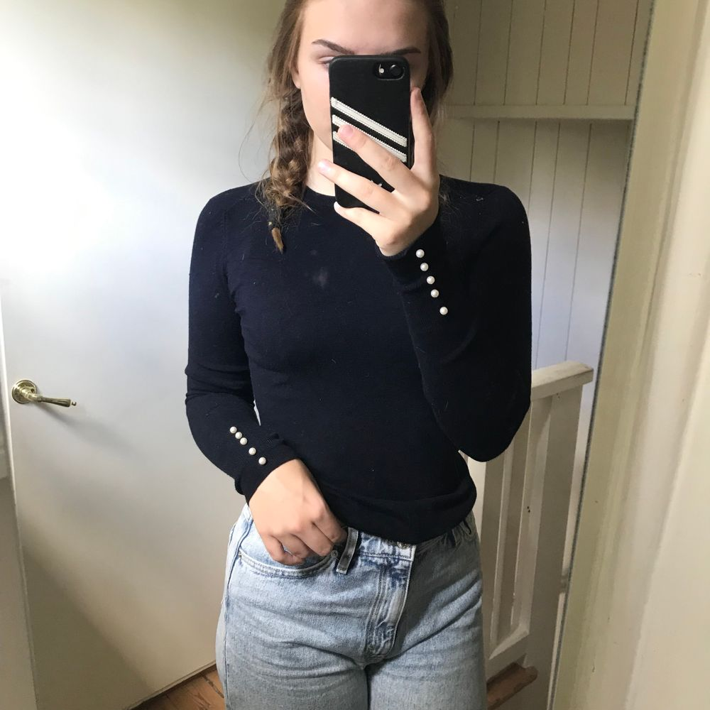 Mörkblå stickad tröja från Zara med vita knappar på ärmarna, har den i flera färger för den är så sjukt snygg, tyvärr är denhär för lite för mig. Stickat.