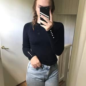 Mörkblå stickad tröja från Zara med vita knappar på ärmarna, har den i flera färger för den är så sjukt snygg, tyvärr är denhär för lite för mig