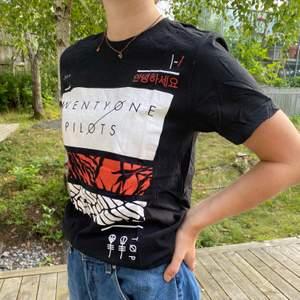Svart Twentyone pilots T-shirt köpt på deras blurryface tour. Fraktkostnad tillkommer och betalas av köparen.