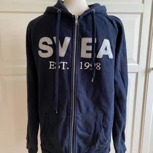 Mörkblå kofta från Svea i storlek L. Begagnat skick