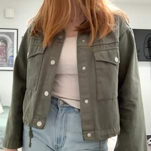 En grön croppad jeansjacka från weekday som jag köpte för nått år sedan men inte riktigt kommit till användning. Jackan är i xs men passar även lite större storlekar då den har en ganska boxy och oversized fit. Köparen står för frakt