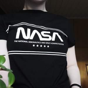 T-Shirt från hm i superfint skick, nästan helt oanvänd. Passar storlek xs.