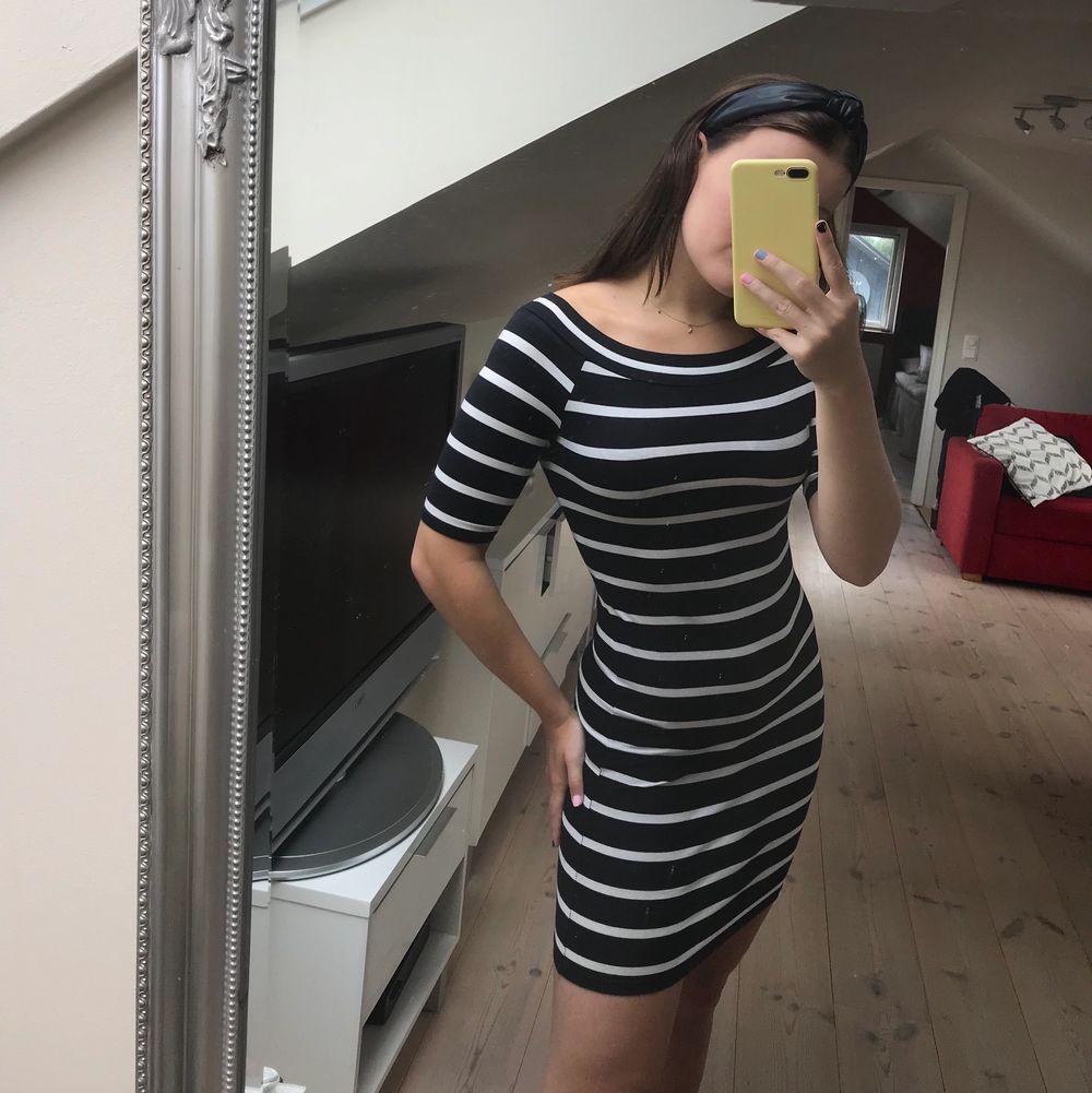 Superskön och strechig klänning! Perfekt nu under sommaren. Frakt tillkommer. Klänningar.
