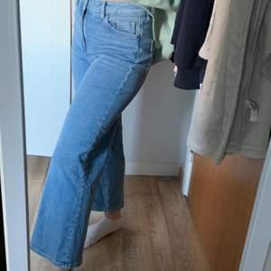 Ett par jeans ifrån H&M, storlek 38 men passar även mig som är en storlek 36, aldrig använd, jag är 160cm 😇 frakt ingår i priset 🥰
