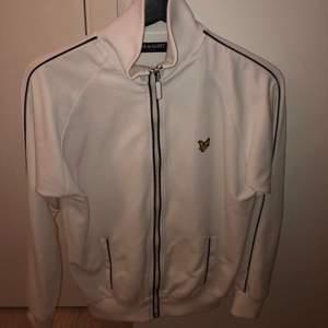 Vintage lyle & scott hoodie med dragkedja, passar s-m veroende på hur man vill att den ska sitta