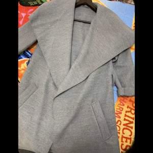 En snygg grå kappa
