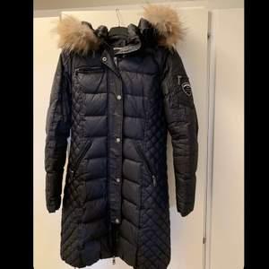 Jättefin knälång rock & blue jacka, köpt för ca 5000kr säljs för halva priset, 1500kr. Priset kan även diskuteras vid snabb affär. Knappt använd.