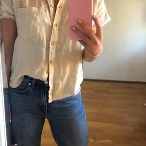 En superfin skjorta i linne från zara. Använd sparsamt och är i fint skick! Storlek XS.  Frakt ingår inte i priset.