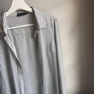 så fin skjorta från stockhlm, köpt på mq. passar så bra med ett vitt linne under eller en vit t-shirt, eller bara som den är 🥰