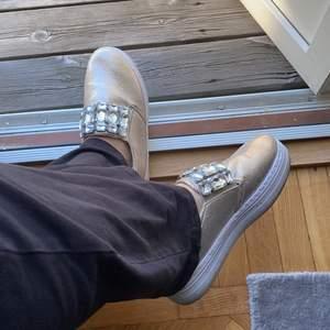 Fina skor i bra skick, pris kan diskuteras, skorna är i storleken 41 men passar 40-39