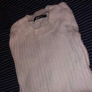 En vit stickad tröja från ginatricot. Är i bra skick då den endast har blivit buren 3 gånger. Frakten ingår inte i priset!