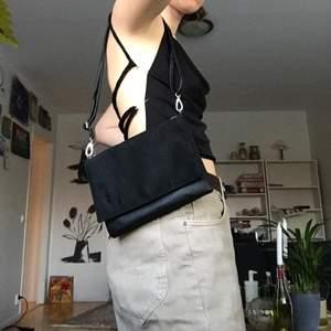 Svart väska med två stora fickor