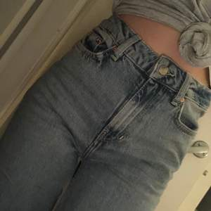 Säljer ett par ljusblå jeans från lager 157 i storlek xs. Byxorna är vida i modellen. Dem är använda 1 gång då dem var lite korta för min smak. Jag är 171 cm. Skicka så kan jag ta bättre bilder❤️köpta för 300-400kr tror jag