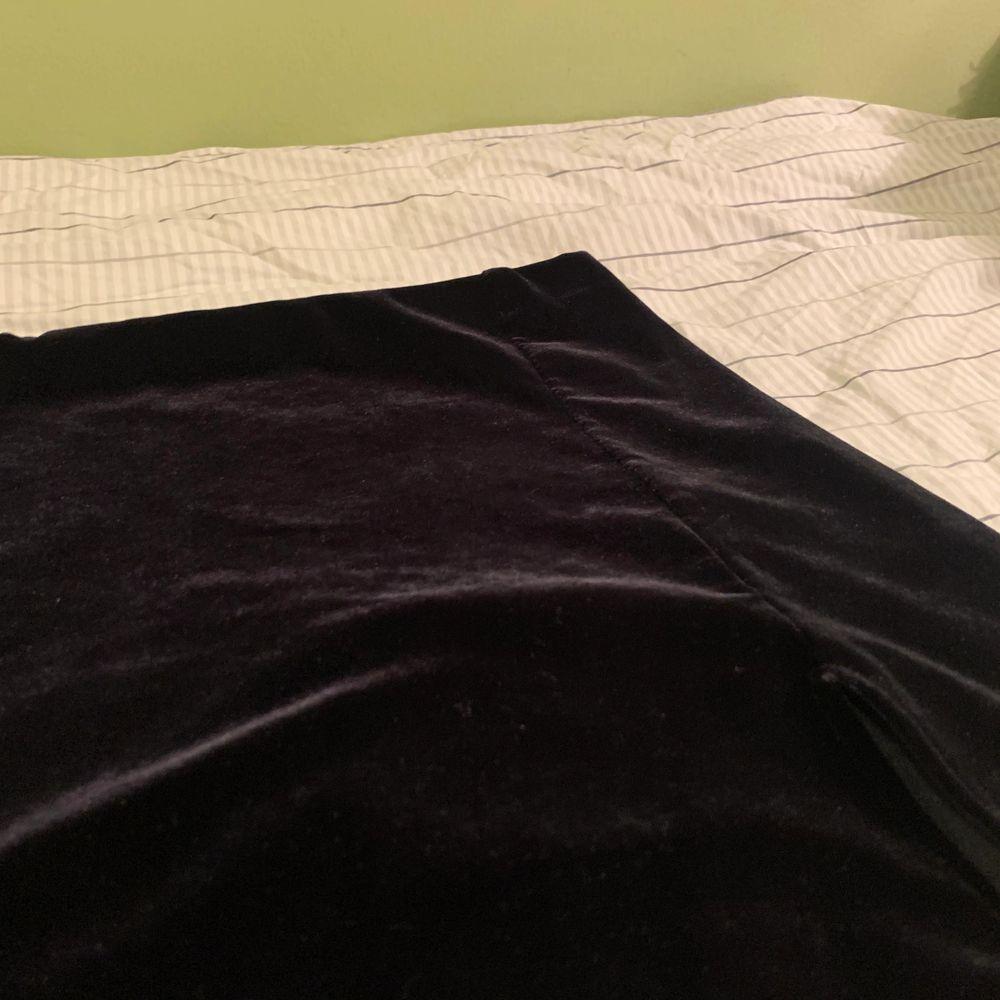 Valvet kjol, sitter tajt men den är väldigt stretchig. Högmidjad och är svart. Skickar gärna bild på hur den ser ut på! Ni står för frakten🥰. Kjolar.