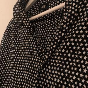En sååååå fin skjorta med stjärnor på från HM! Passar helt perfekt till fest, middag eller bara till vardags!💖💖