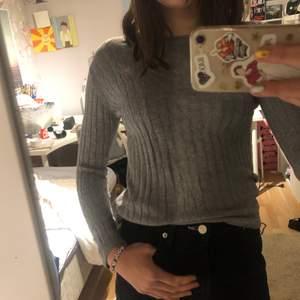 En grå tröja med mönster från hampton republic