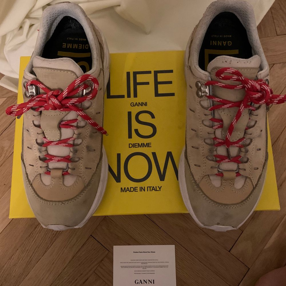 Intressekoll på mina älskade gannixdiemme sneakers. Skönaste skorna jag någonsin haft på mig. Däremot håller garderoben på att bli överflödig så tänkte bara kolla intresset för dessa älsklingar🥺 köpta för 3.7k. Kom med RIMLIGA bud! Inget slitage.. Skor.