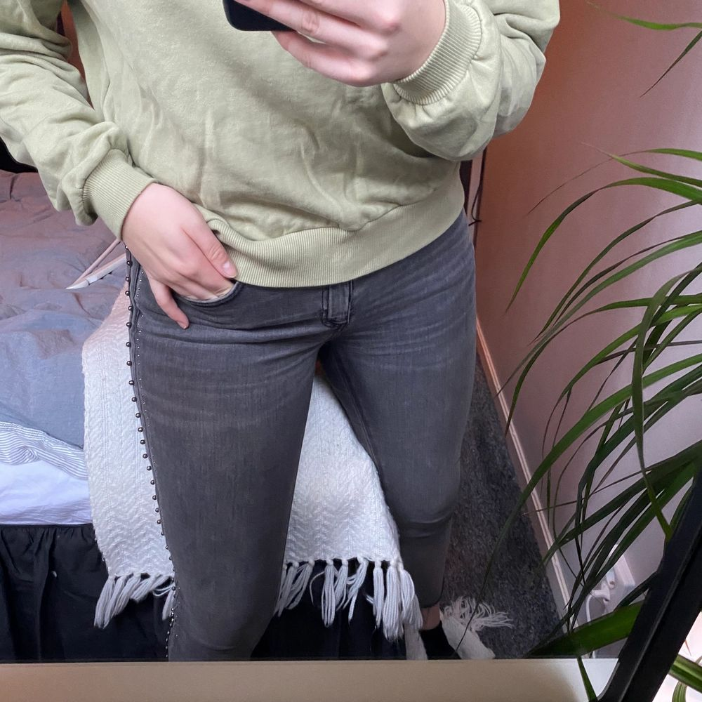 Jeans från Zara med fina detaljer på sidan⚡️säljer då det inte kommer till användning💓100kr + frakt😊. Jeans & Byxor.
