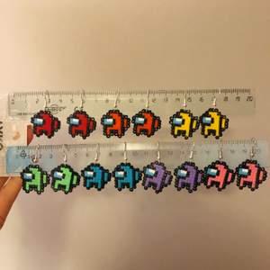 Handgjorda among us örhängen. Finns endast en av varje färg, men om de är populära kanske jag gör fler☺️ De är ca 2,5x2,5cm. 40kr/st +11kr frakt