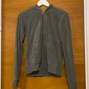 En grå zip tröja från Cubus. Är i storlek s men passar mellan xs-m. Den har lite vit färg på baksidan men det går bara att skrapa bort! (Obs! Fick bara plats med en bild på detta)