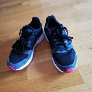 Sneaker från Adidas. Använda fåtal gånger och i fint skick.