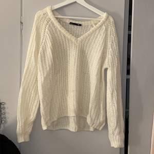 En gräddvit stickad tröja från Lager 157. Den är lite genomskinlig men inte för mycket. Storlek XS men den är väldigt stor i storleken så passa allt mellan XS-M🤍