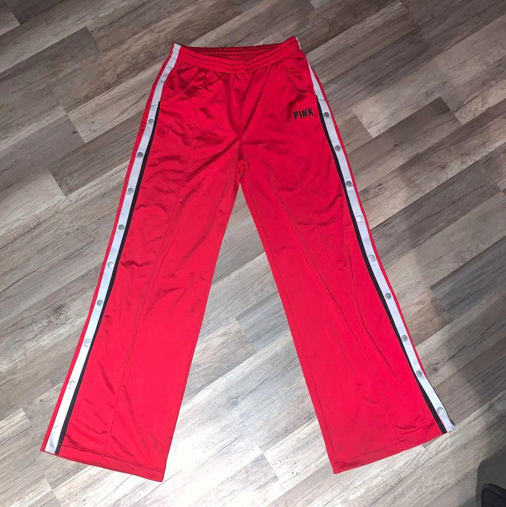 Riktigt coola trackbyxor från Victoria's secret i skönt material, går att knäppa upp. Size M, passar någon som är 1,70 i längd då de är lite för långa för mig som är 1,60. Tyvärr en liten färg fläck på de längst upp som man ser på sista bilden. 💓. Jeans & Byxor.