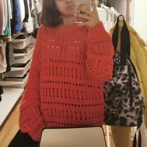 En rödd ihålig tröja skit snygg. Har använt ett fåtaö gånger. Priset går att diskutera.vid frågor eller funderingar så är det bara att skriva 💞 💞 💞