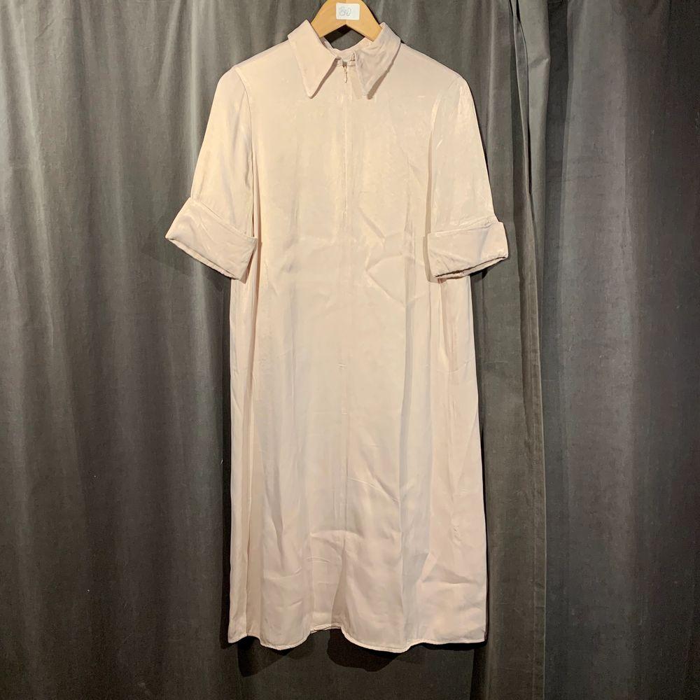 En super söt klännning från arket, i nyskick. Går precis under knäna på mig som är 167 cm. . Klänningar.