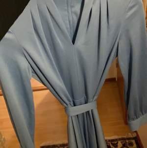 Säljer denna fina klänning som har inspiration från 40-talet.