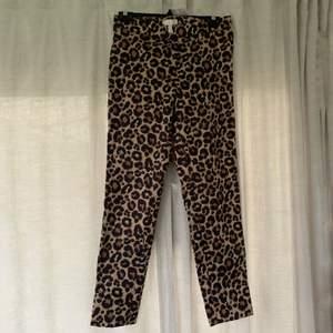 Jättecoola kostymbyxor i leopardmönster från H&M. Använda ca 1-3 gånger, storlek 38. 80kr plus frakt. Skriv för mer info och bilder:)
