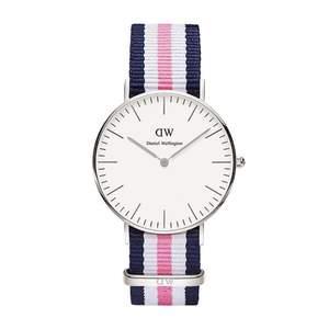 Säljer denna populära klocka från Daniel Wellington. Den är sparsamt använd men har en repa på glaset därav de billiga priset. Vid intresse skriv så skickar jag bilder på den riktiga klockan.