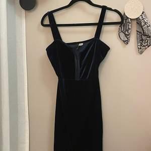 Jättesöt blå/grön klänning. Sitter tajt och är lite liten så kanske mittemellan en 34 och 36 :) Jättefina detaljer med hasparna.
