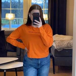 Orange långärmad tröja i fint skick, sparsamt använd. Säljer då den ej kommer till användning. Köpt på carlings, märker är /stay. Den är lite croppad. Storlek S men passar mig som vanligtvis har M. Mitt pris är 60kr + eventuell frakt. Pris kan diskuteras.