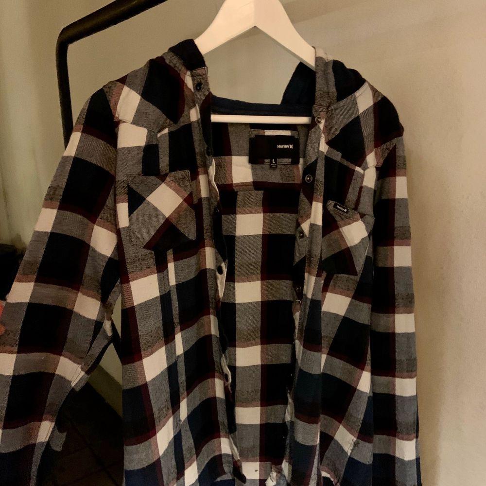 Mörkblå och vit flanellskjorta med luva i storlek L. Enligt mig skulle jag säga att den är lite mindre. Typ storlek M. Skriv för fler bilder:) . Skjortor.